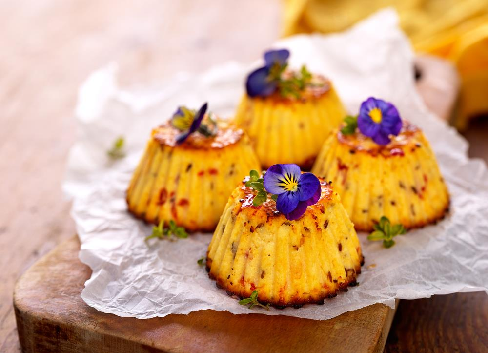 Mini spicy cheesecakes with violas make a lovely dessert
